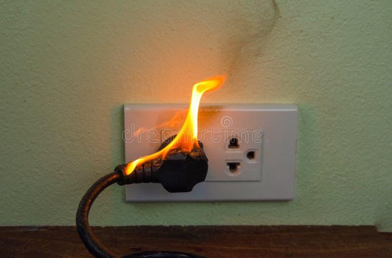 Auf Drahtstecker Beh?lter-Wandfach des Feuers elektrischem stockbilder