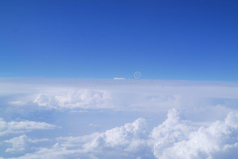 Auf ein Wolkenmeer frei fliegen lizenzfreies stockbild