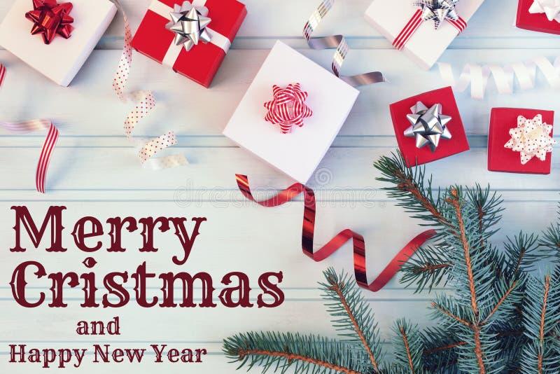 Auf einem blauen Hintergrund die frohen Weihnachten und das guten Rutsch ins Neue Jahr der Aufschrift Weihnachtszusammensetzung v stockfotos
