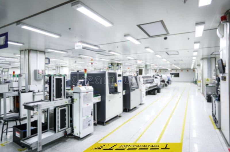 Auf einem Boden der Elektronik bedeckte die Herstellung industrielles Linoleum klebt ein gelbes Band mit einem warnenden Standard lizenzfreies stockbild