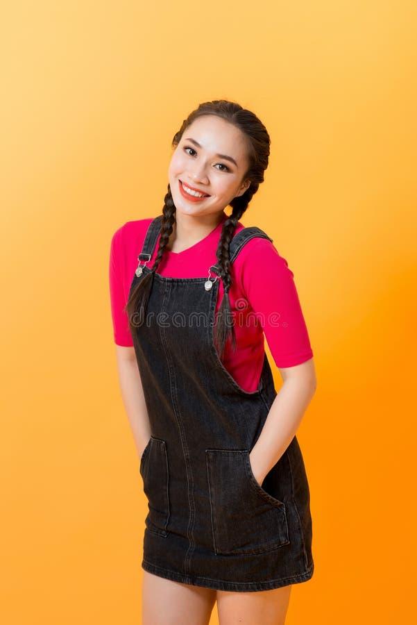 Auf einem gelben Hintergrund, die verschiedenen Ausdrücke der asiatischen Mädchen, die den Charme der asiatischen Mädchen verkörp stockbilder