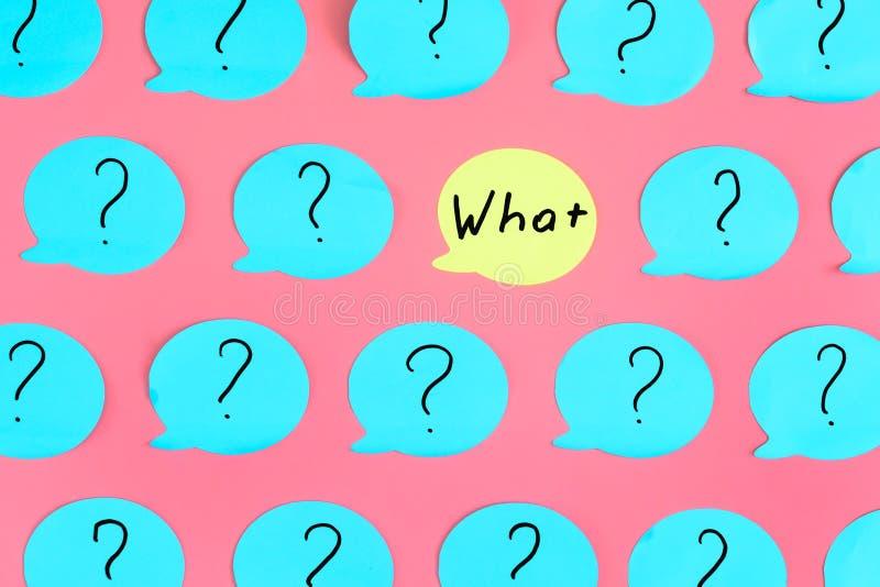Auf einem rosa Hintergrund werden viele blauen Aufkleber mit Fragezeichen geklebt Einer der Aufkleber ist, mit der Frage gelb vektor abbildung