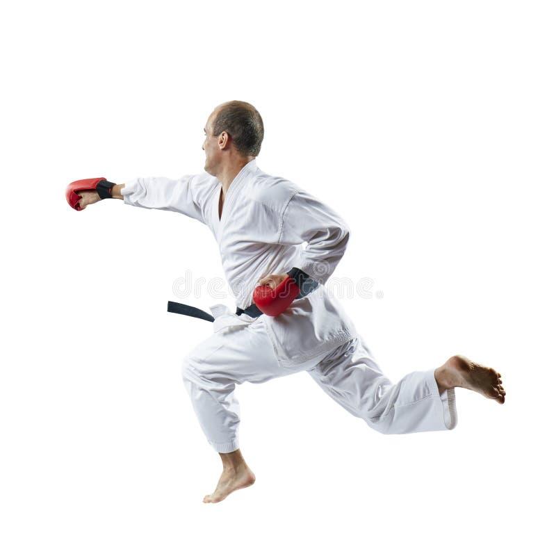 Auf einem weißen Hintergrund der Sportler mit roten Überlagerungen auf Handzügen ein Schlag mit seiner Hand in einem Sprung lizenzfreies stockbild
