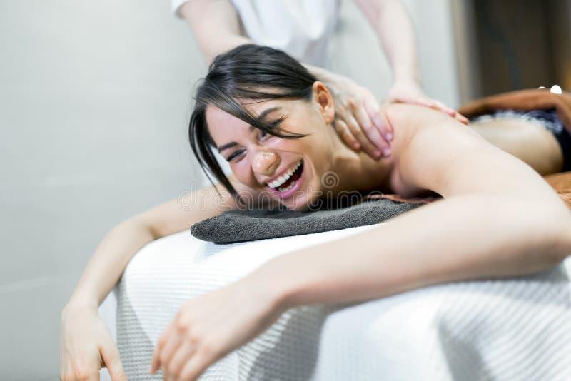 Auf einer Massagetabelle liegende und entspannende Schönheit lizenzfreie stockbilder