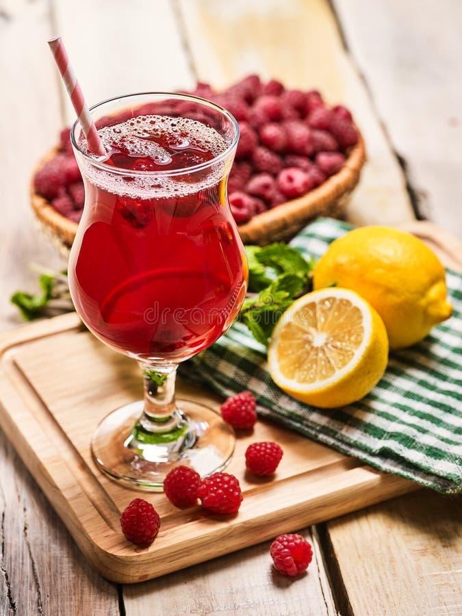 Download Auf Hölzernem Ist Eiskaltes Getränkeglas Mit Beerencocktail Stockfoto - Bild: 74230618