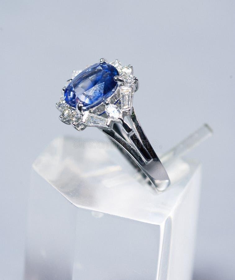 Auf lagerfoto: Blauer Saphir u. Diamantring lizenzfreie stockfotos