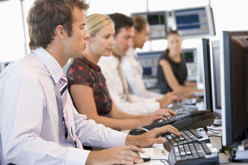 Auf lagerhändler, die an den Computern arbeiten lizenzfreies stockfoto