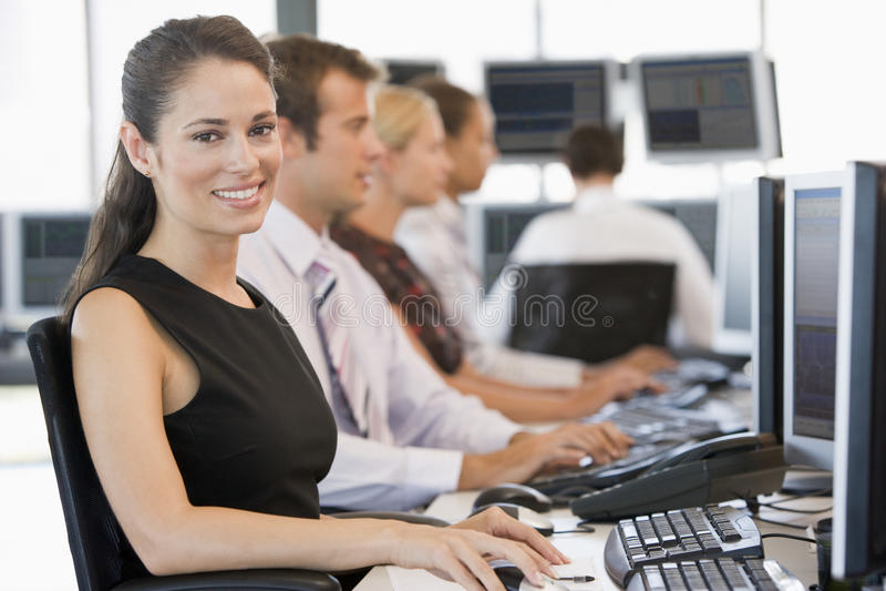 Auf lagerhändler, die an den Computern arbeiten stockbild