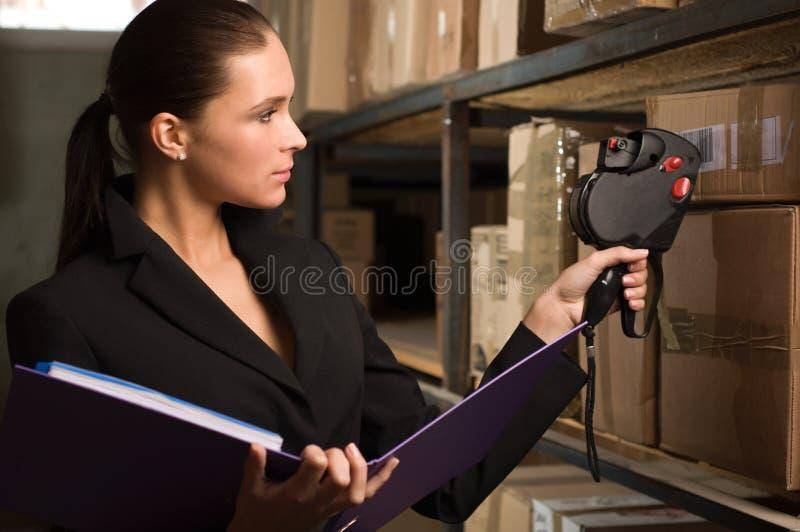 Auf lagerzählung der Geschäftsfrau im Lager stockbild