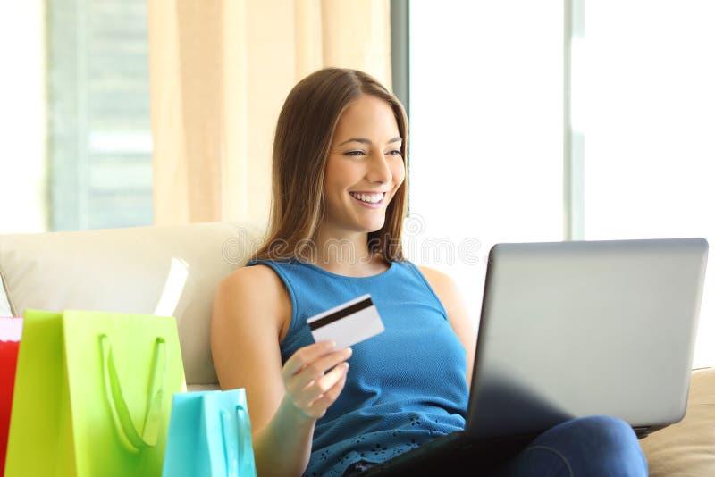 Auf Linie Käufer mit Kreditkarte lizenzfreie stockfotos