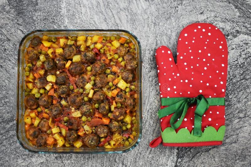 Auf Marmorboden Fleischklöschen mit Gemüse, in der Glasbackform lizenzfreie stockbilder