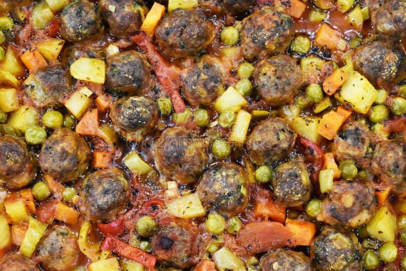 Auf Marmorboden Fleischklöschen mit Gemüse, in der Glasbackform lizenzfreies stockfoto