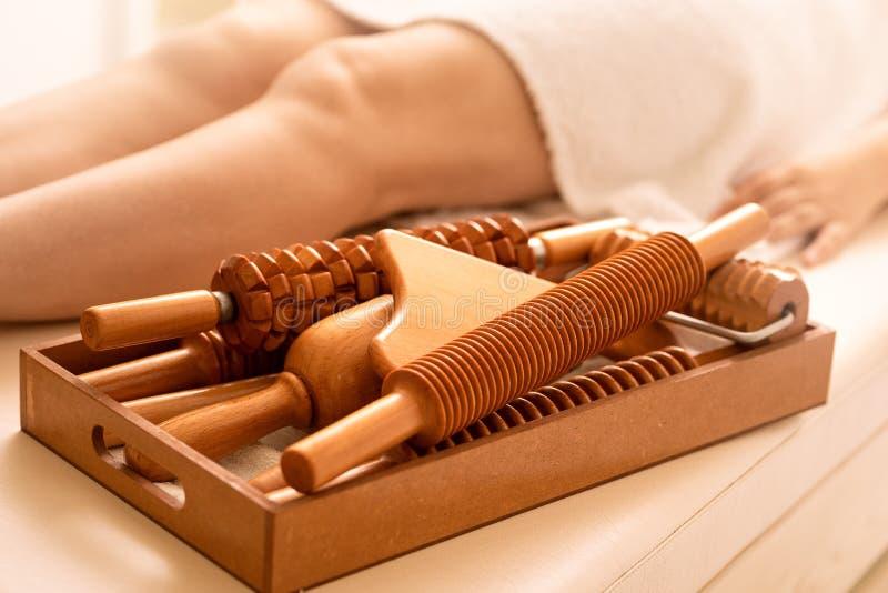 Auf Massage ist die Tabelle ein Werkzeug f?r Ameise Cellulitemassage von Madero-Therapie lizenzfreies stockbild