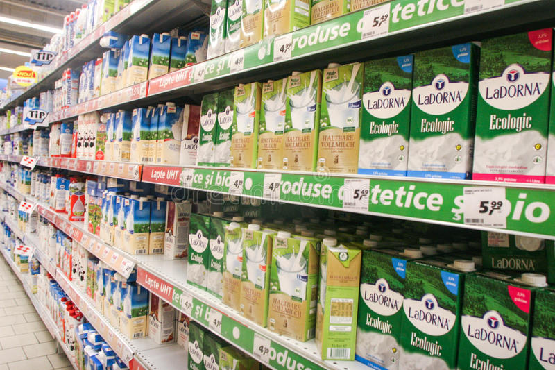 Auf Milch basierte Produkte in einem Supermarkt lizenzfreie stockfotografie