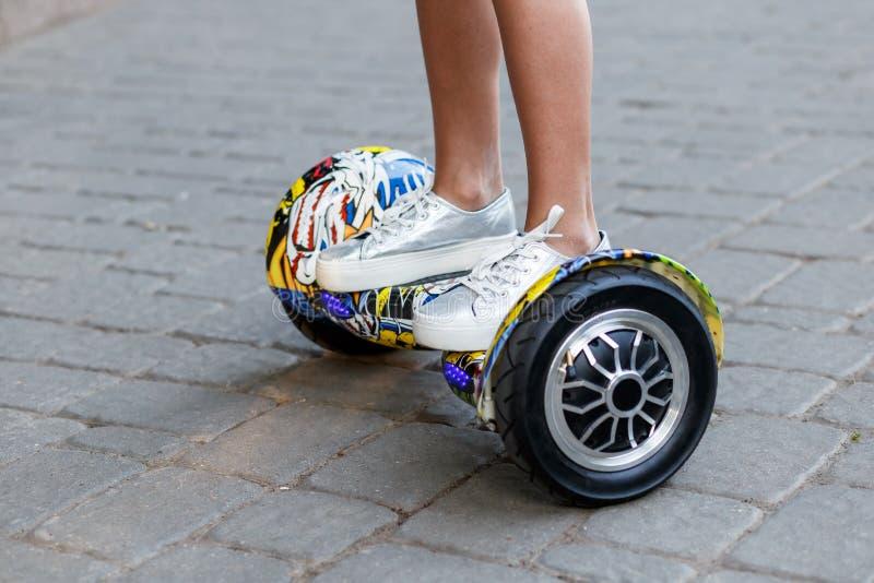 Auf Schwebeflug Bretter oder gyroscooters bei Sonnenuntergang im Sommer draußen fahren Berufslebenkonzept lizenzfreie stockfotos