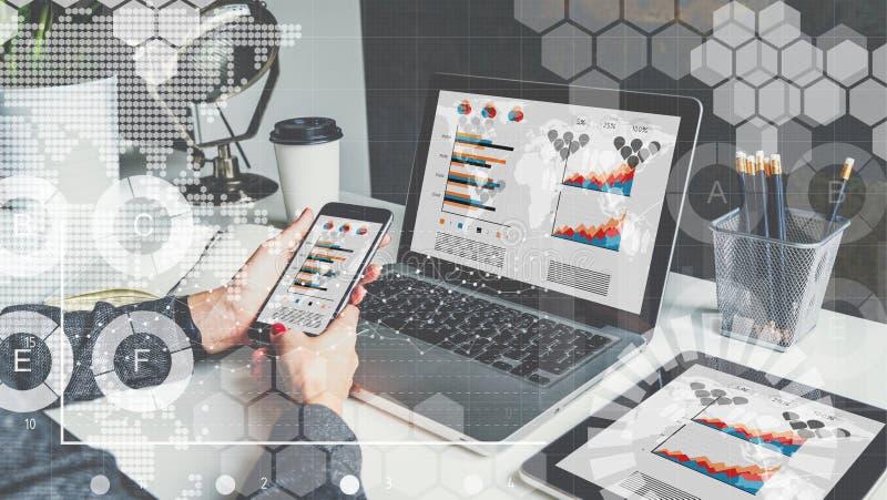 Auf Tabelle sind Laptop, digitale Tablette mit Diagrammen, Grafiken und Diagramme auf Schirmen lizenzfreie stockfotografie