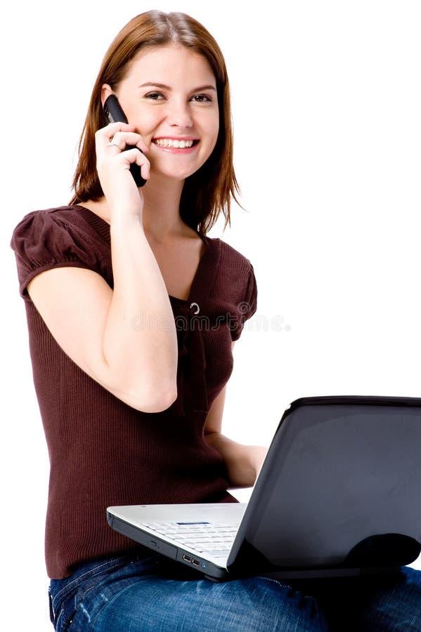 Auf Telefon und Computer stockbild