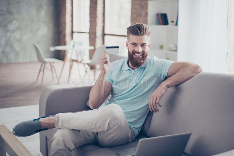 auf weißem background Porträt des hübschen Sitzens des jungen Mannes stockbilder