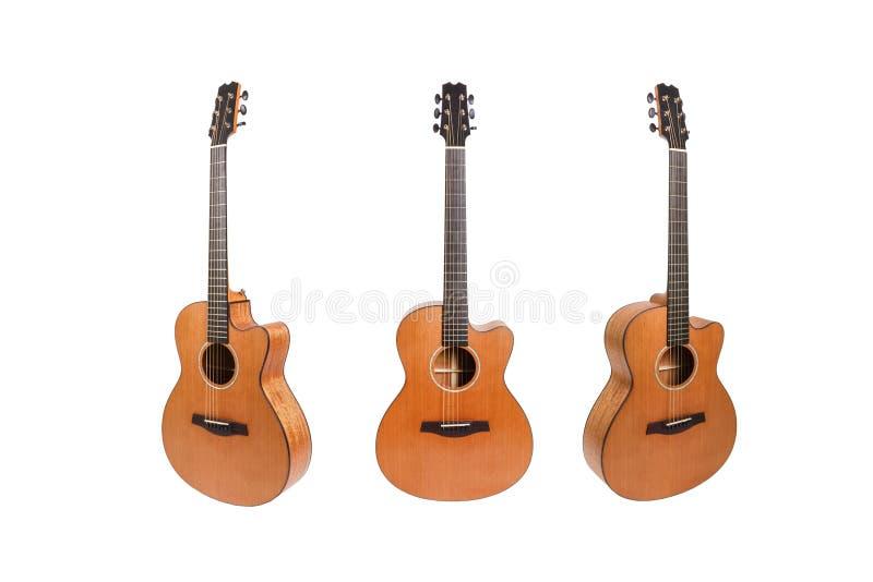Auf weißem Hintergrund abgelegte akustische Holzgitarren mit sechs Saiten Gitarrenform stockbild