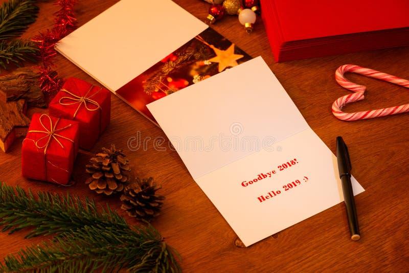 Auf Wiedersehen 2018 hallo Weihnachten 2019 und neue Jahre Karten- stockbild