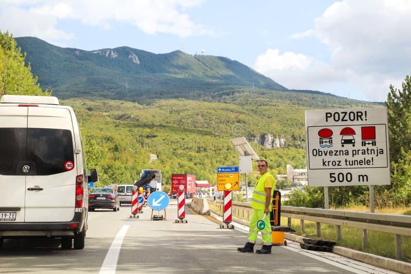 Aufbau-Abzugsgraben, Einbau Erneuerung auf Landstraße Straßenmaschinerie an der Baustelle Zeichen und Signalisieren lizenzfreies stockfoto