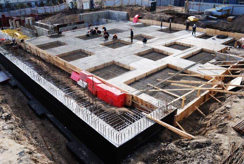 Aufbau der konkreten Grundlage des Gebäudes lizenzfreie stockfotos