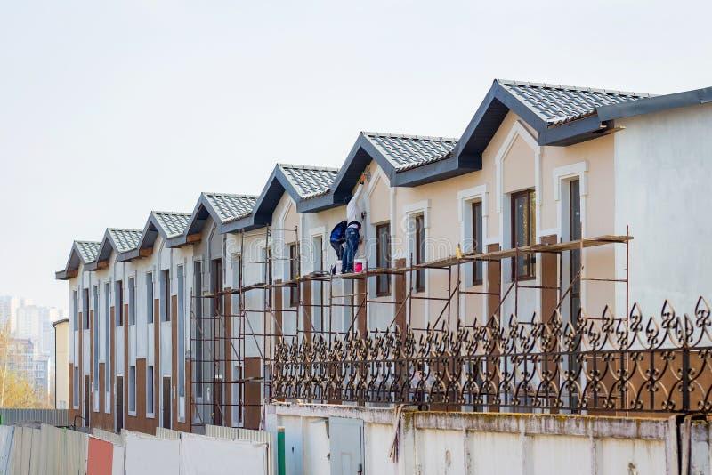 Aufbau der modernen Gebäude Hauptarbeit über Vollenden hou lizenzfreies stockbild