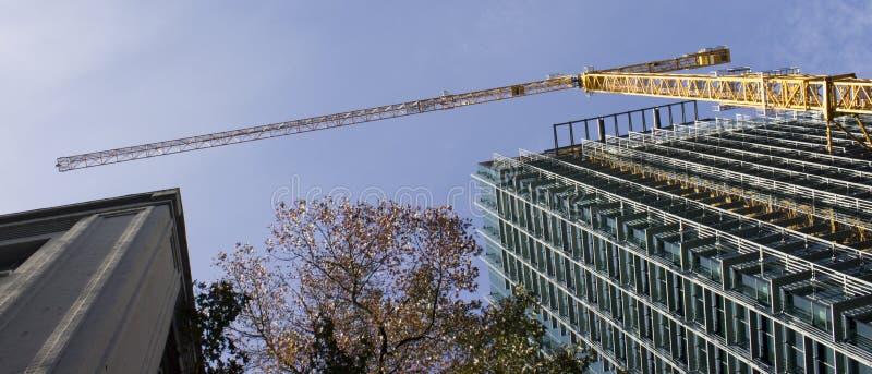 Aufbau-Kran mit Gebäuden stockfoto