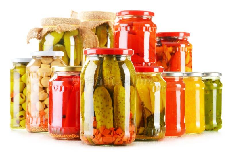 Aufbau mit Gläsern in Essig eingelegtem Gemüse Marinierte Nahrung stockfotografie