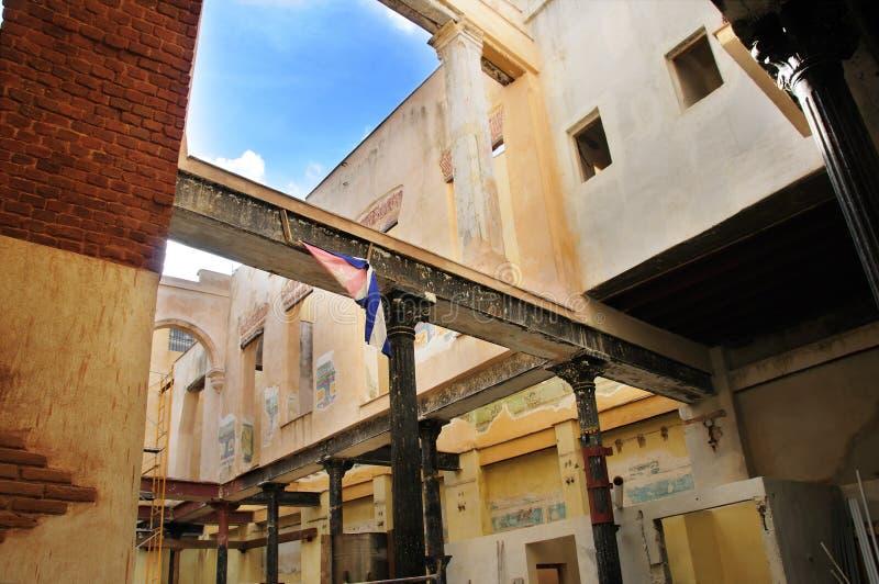 Aufbauender Innenraum in altem Havana, Kuba stockbild