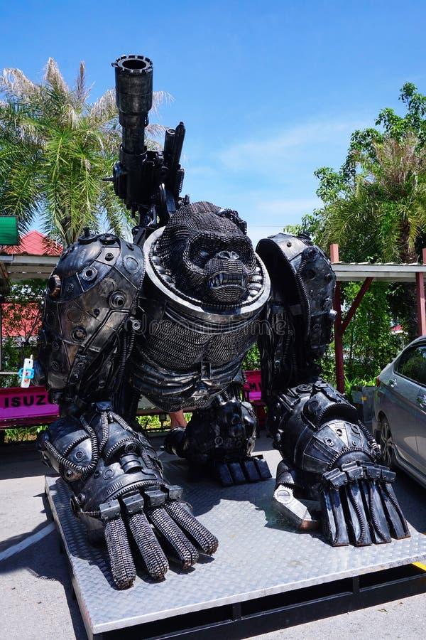 Aufbereiteter Metallstahlroboterfreizeitpark an Hua Hin Tique-Tierschau: Eisenaffenaffe mit riesigem Gewehr stockbild