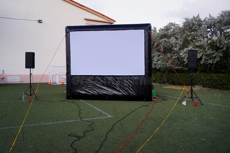 Aufblasbare Kinoleinwand im Freien stockfoto