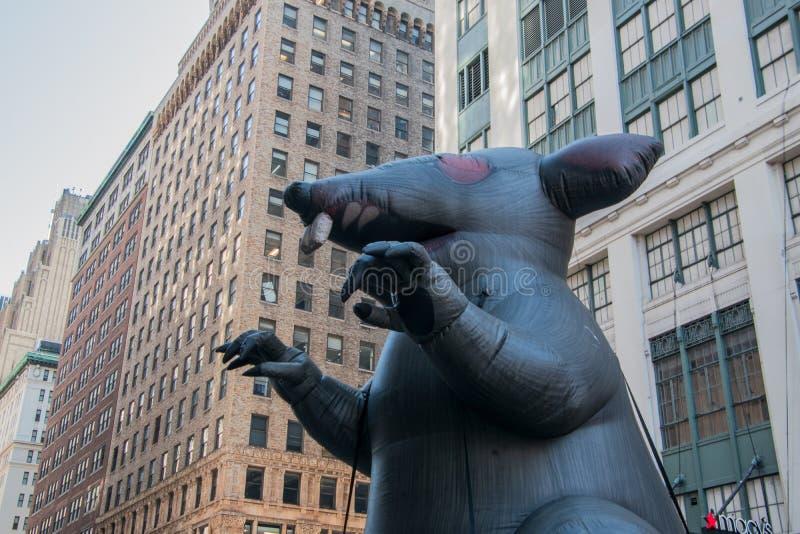 Aufblasbare Ratte auf einer New- York Citystraße vor einer nicht organisierten Baustelle an Macy's-Kaufhaus mit Protestors sehen lizenzfreie stockbilder