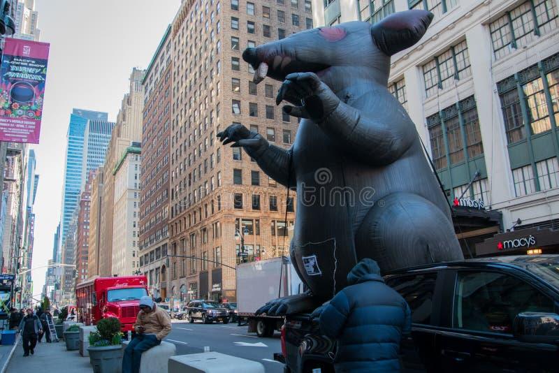 Aufblasbare Ratte auf einer New- York Citystraße vor einer nicht organisierten Baustelle an Macy's-Kaufhaus mit Protestors sehen lizenzfreie stockfotos