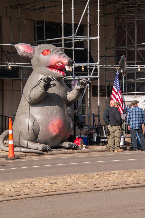 Aufblasbare Ratte wird auf der Stadtstraße vor einer nicht organisierten Baustelle mit den Protestors gesehen, die in der Nähe ge stockfotos