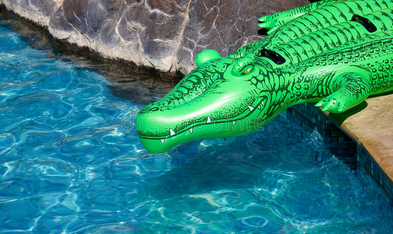 Aufblasbares Krokodil stockbilder