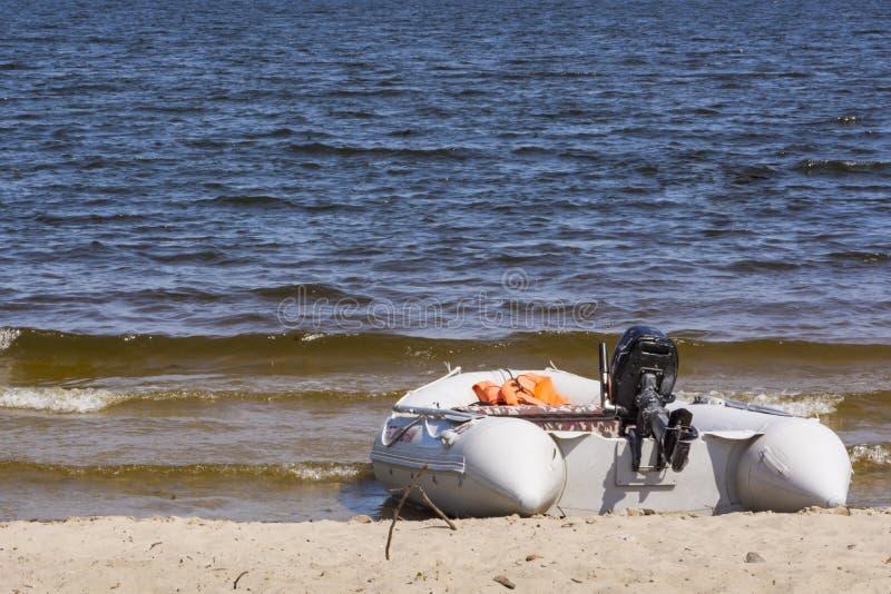 Aufblasbares Rettungsboot mit einem Motor lizenzfreie stockfotografie