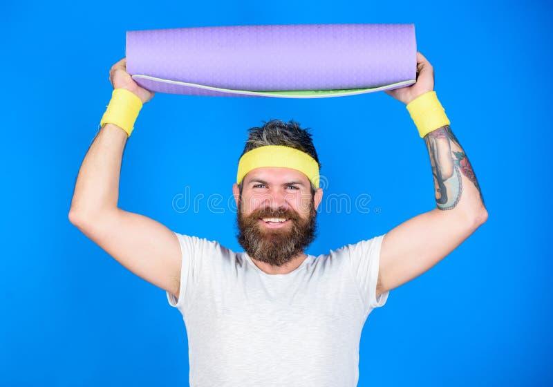 Aufenthalt in Form Athletenberufsyogatrainer motiviert für die Ausbildung Athletengriffeignungs-Mattenblau des Mannes bärtiges stockfoto