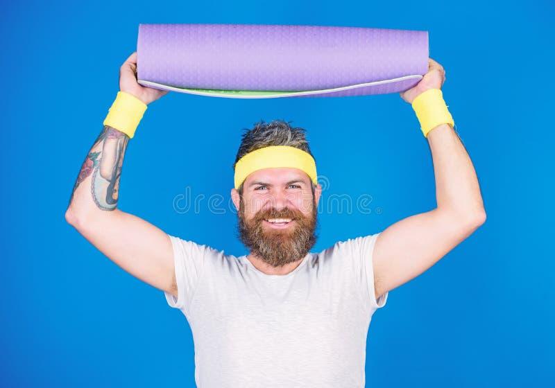 Aufenthalt in Form Athletenberufsyogatrainer motiviert f?r die Ausbildung Athletengriffeignungs-Mattenblau des Mannes b?rtiges stockfoto