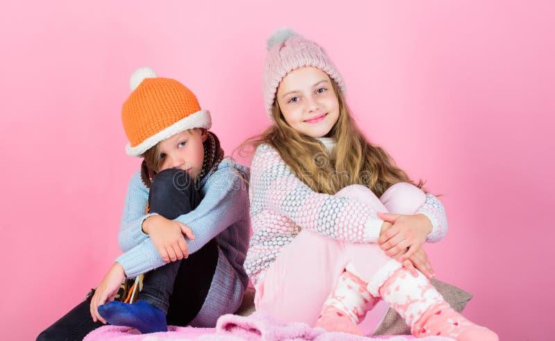 Aufenthalt warm und bequem Wärmen Sie Ihre Winterabnutzung mit den netten und gemütlichen Zusätzen auf Geschwister tragen warme H stockfotografie