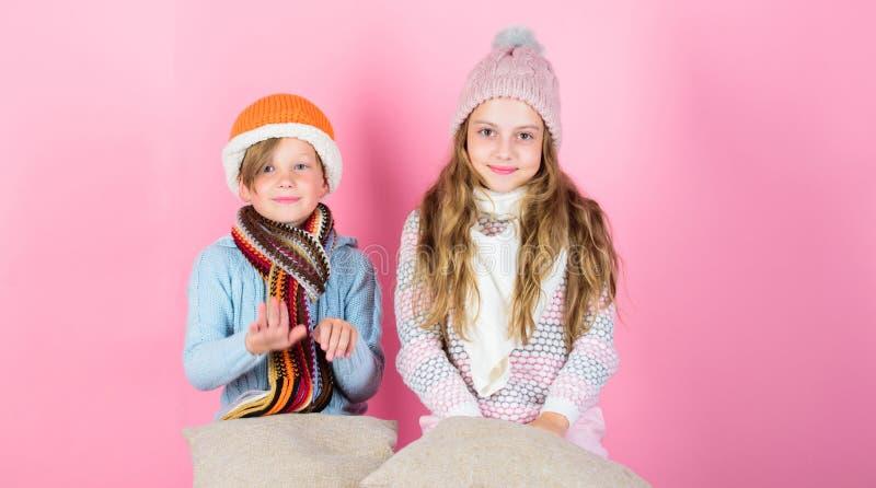 Aufenthalt warm und bequem Wärmen Sie Ihre Winterabnutzung mit den netten und gemütlichen Zusätzen auf Geschwister tragen warme H stockfotos
