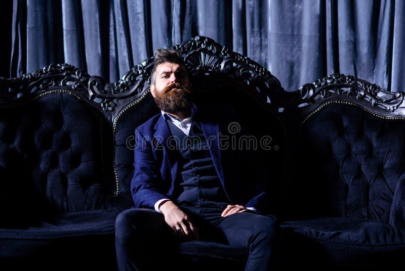 Auferlegen des gut gekleideten Mannes stockbild