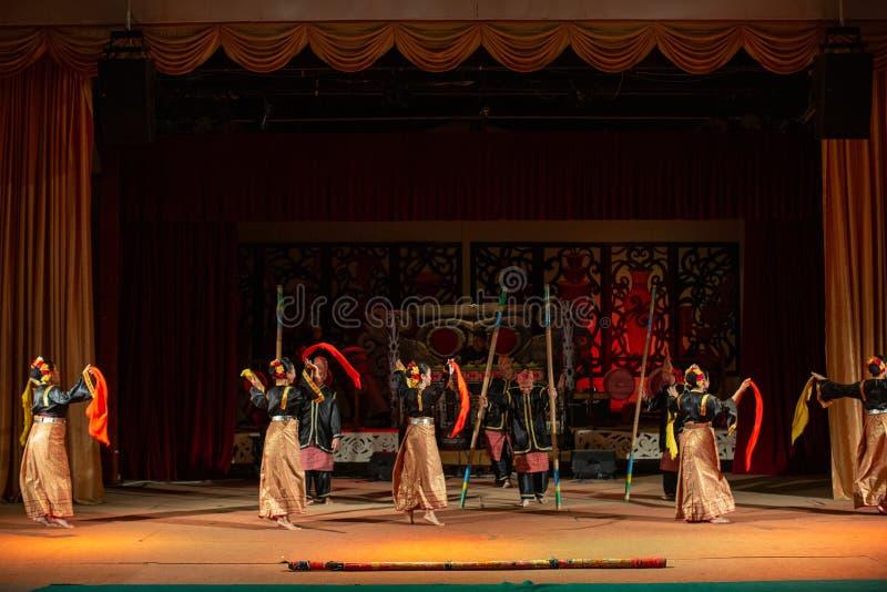 Aufführung der traditionellen Kultur Sarawak Kulturdorf stockfotografie