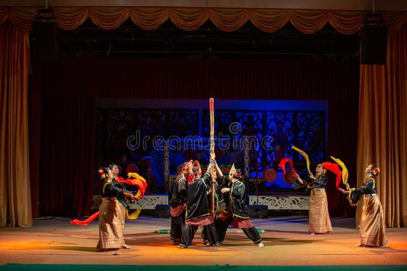 Aufführung der traditionellen Kultur Sarawak Kulturdorf lizenzfreie stockfotografie