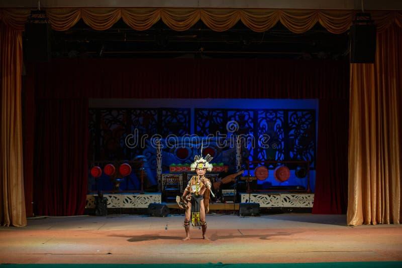 Aufführung der traditionellen Kultur Sarawak Kulturdorf stockbild