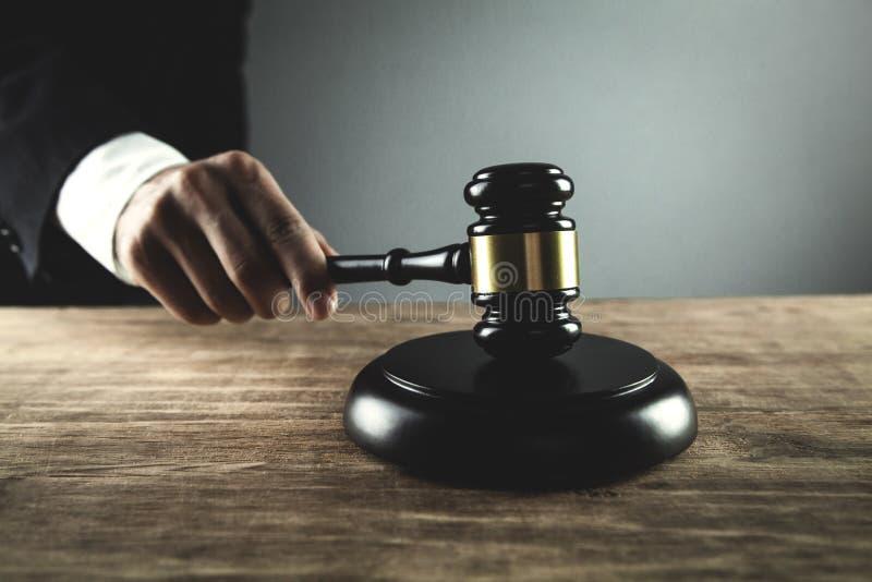 Auffallender Hammer des Richters auf dem Klingen des Blockes Gesetzes- und Gerechtigkeitskonzept stockfotografie