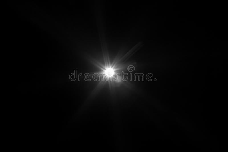 Aufflackernspezialeffekt des weißen Lichtes im dunklen Schwarzen stockfoto