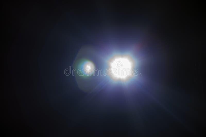 Aufflackernspezialeffekt des weißen Lichtes im dunklen Schwarzen stockfotos