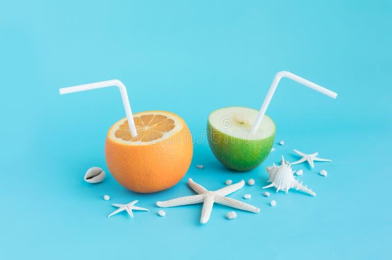 Auffrischung im Sommerkonzept mit Orangensaft und Apfel stockfotos