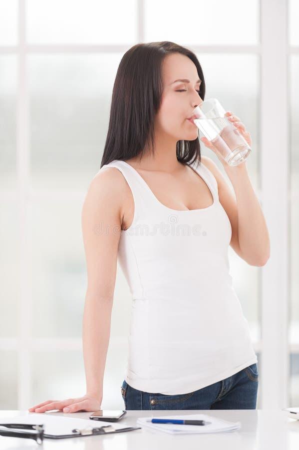 Auffrischung mit Glas Wasser. stockbild